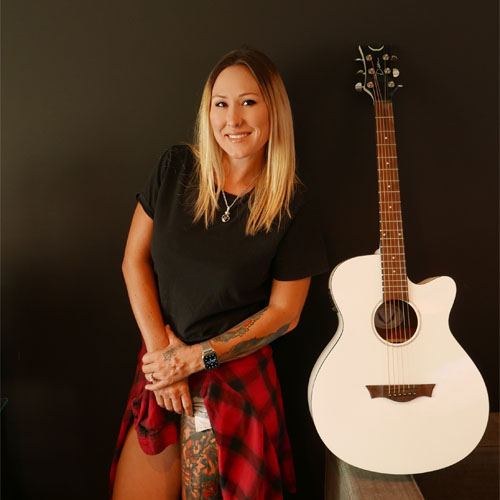 Image of Shannon Gunz with her guitar